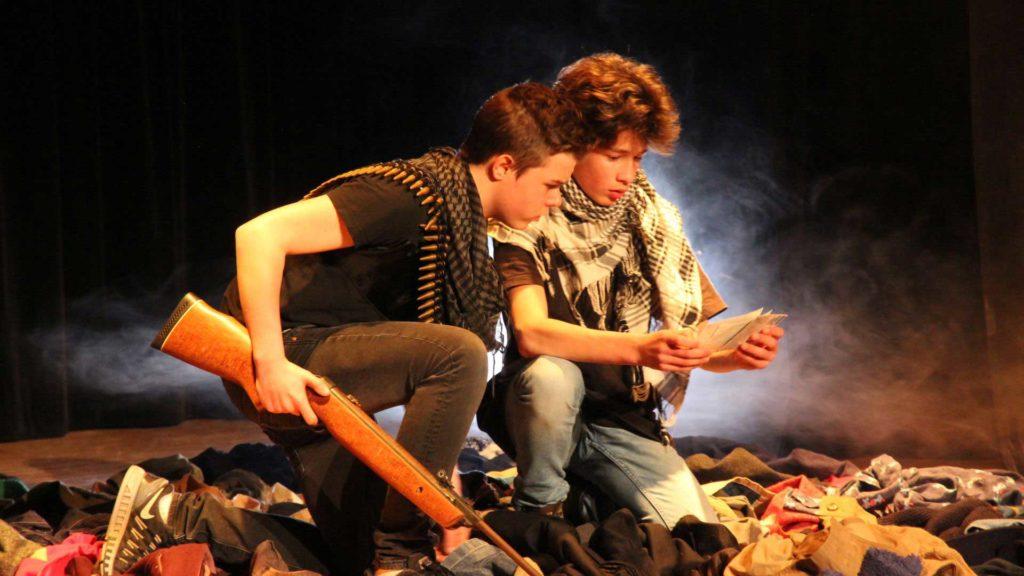 Spectacle de théâtre adolescent, école de l'EMION