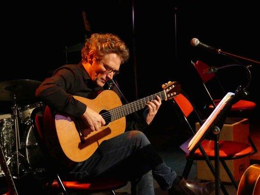 Professeur de guitare classique, électrique, basse à l'EMION